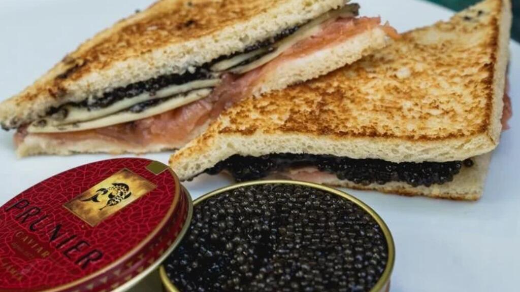 看看巴黎的厨师怎么做一个三文鱼鱼子酱三明治吧